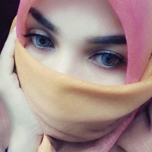 Heißes Arabisches Girl Trägt Dick Auf