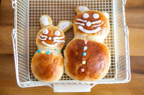 Pupu-pullat. Lasten rakastamat pääsiäispuput voit leipoa yhdessä lasten kanssa. He voivat koristella puput haluamansa näköiseksi sokeritahnalla ja koristerakeilla.