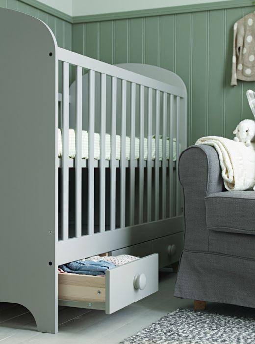 gonatt babybett in hellgrau mit verstellbarem bettboden und schubladen ikea kinderwelt klein. Black Bedroom Furniture Sets. Home Design Ideas