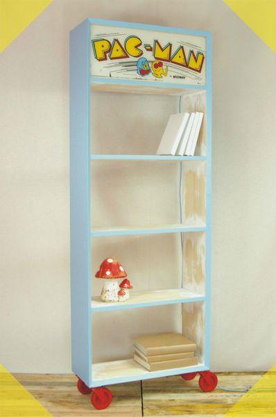 PAC-MAN Regal mit Lichtbox und Rädern. Hohes Hand-gefertigtes Bücherregal  aus Astfreier Fichte mit vier Fächern.   Der obere Teil besteht aus ei...