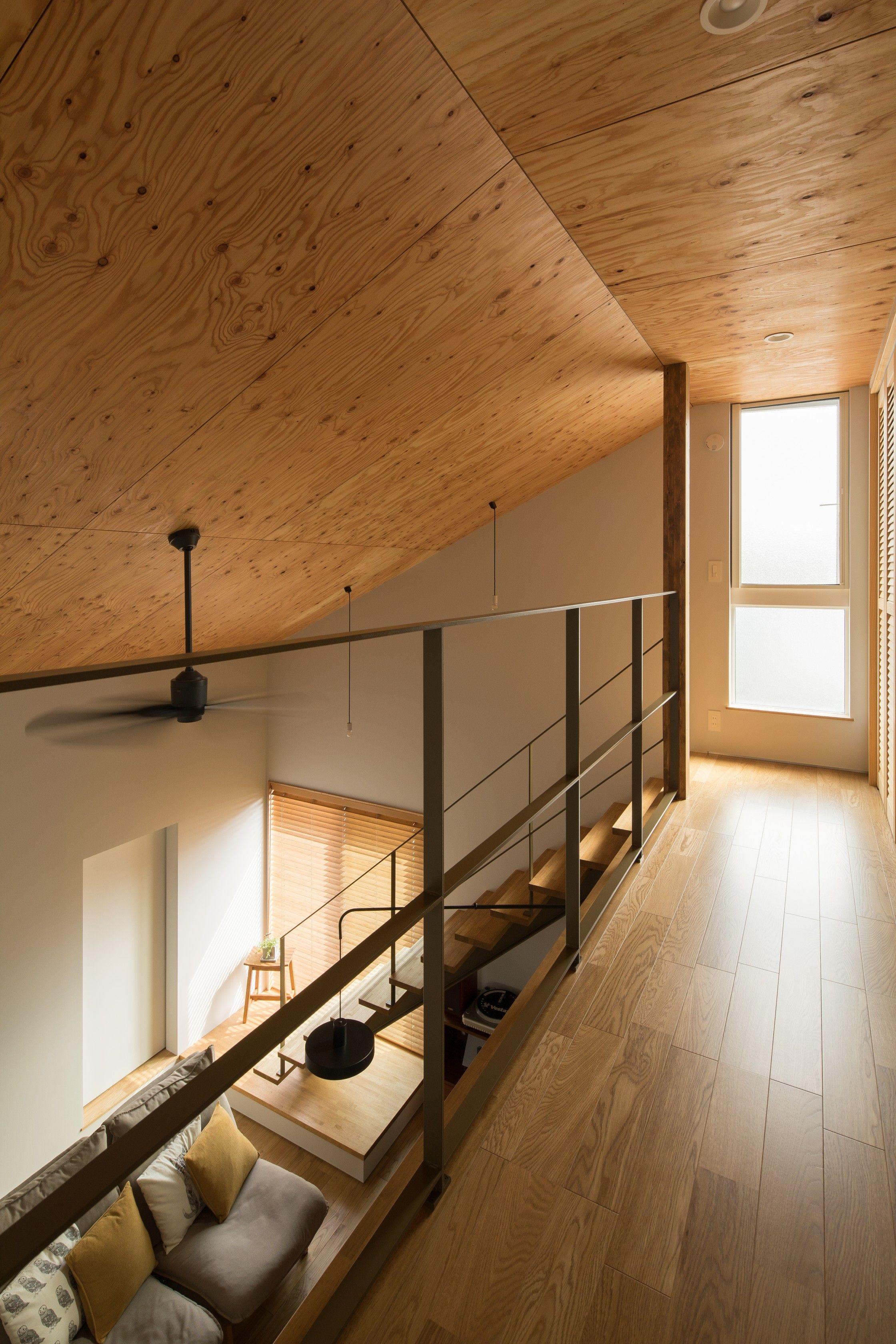 窓から差し込む光と木を用いた勾配天井の吹き抜け ルポハウス 設計