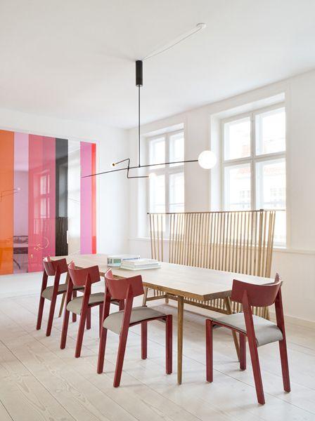 Esszimmer Skandinavisch Modern Minimalistisch Schlicht Reduziert Esstisch  Stühle Rot Holz Bank Leuchte Schwarz Weiß Bunte Kunst Pink Abstrakt Einriu2026