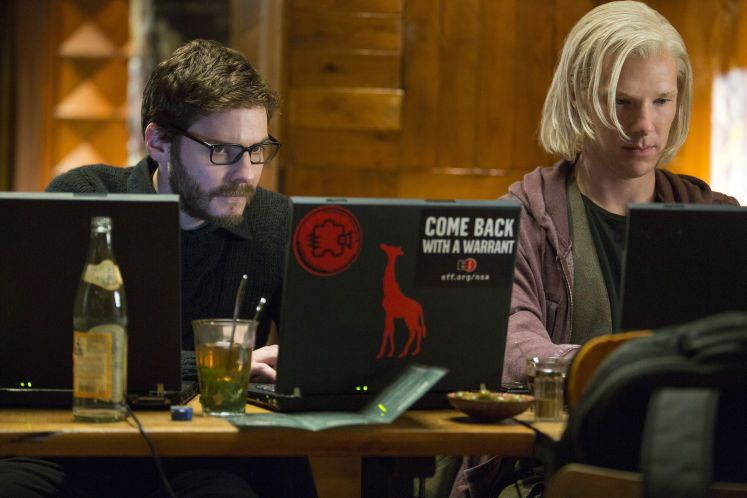 """""""Inside WikiLeaks"""": Zwei Hacker gefangen in der Unberechenbarkeit des Netzes. Hier geht's zur Filmkritik: http://www.nachrichten.at/freizeit/kino/filmrezensionen/Inside-WikiLeaks-Zwei-Hacker-gefangen-in-der-Unberechenbarkeit-des-Netzes;art12975,1229852 (Bild: Constantin Filmverleih)"""