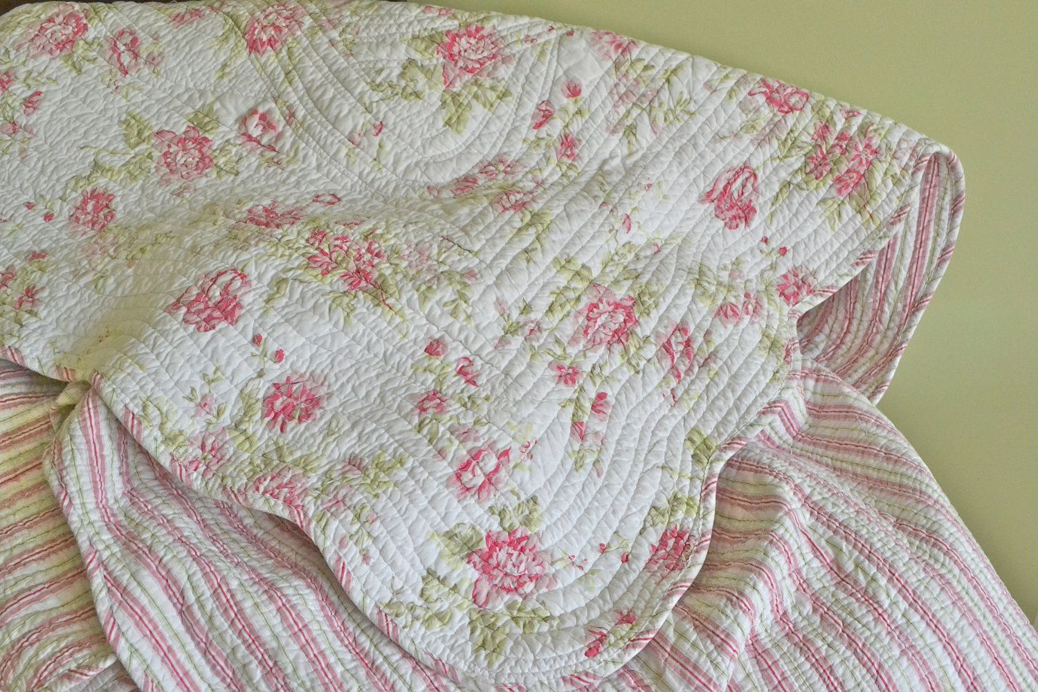 pink floral queen quilt vintage coverlet shabby chic queen rh pinterest com shabby chic bedspreads uk shabby chic coverlets