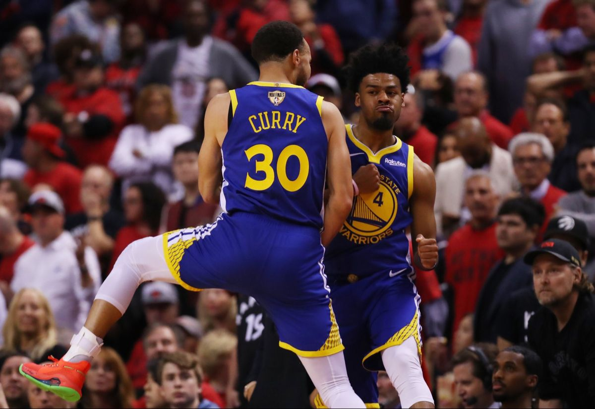 Stephen Curry and Quinn Cook in 2020 Nba finals game
