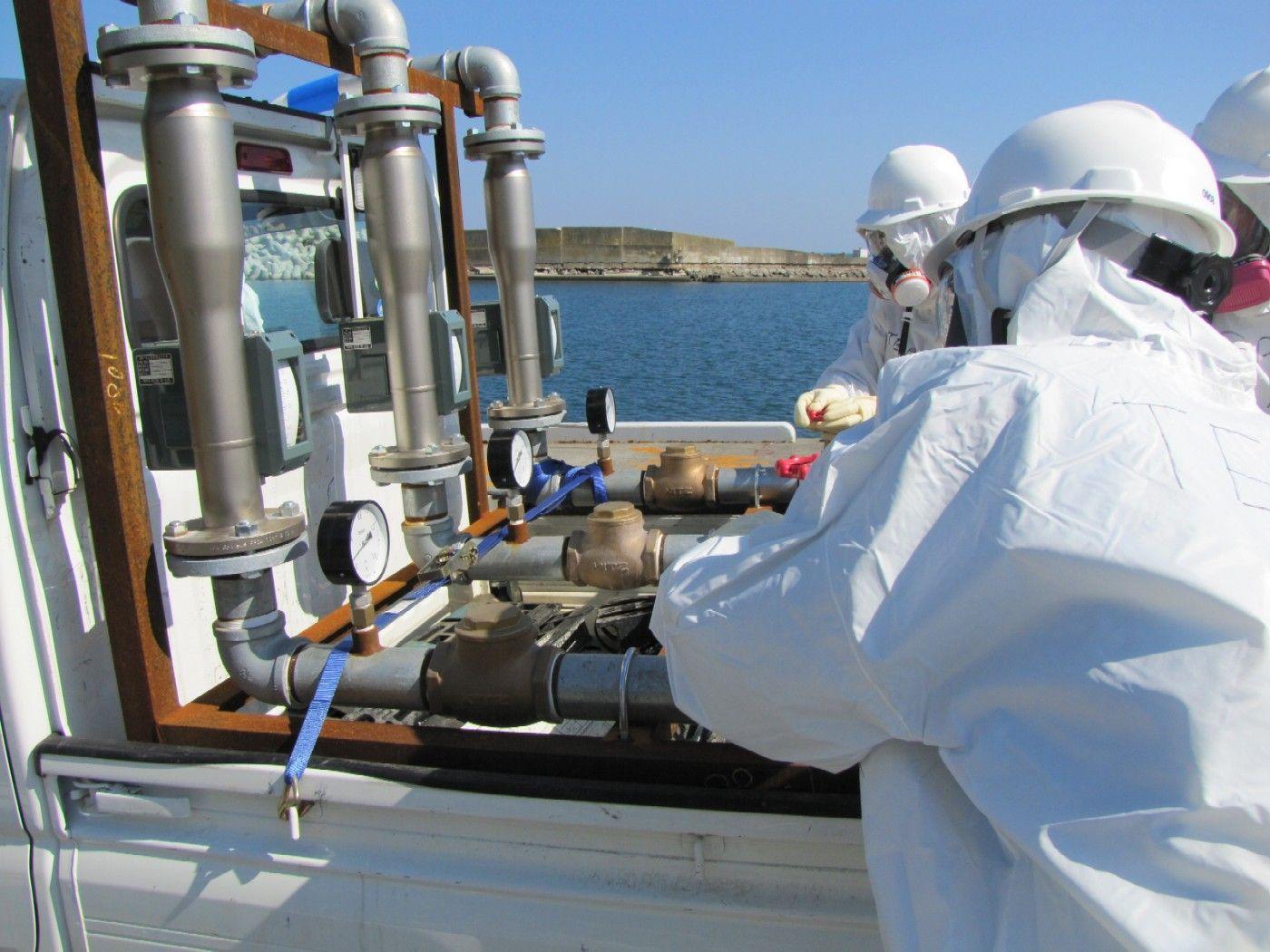 21. Tepco injects seawater mixed with boron into units 1 and 3. / Tepco inyecta agua de mar mezclada con boro en los recipientes de contención de los reactores 1 y 3.