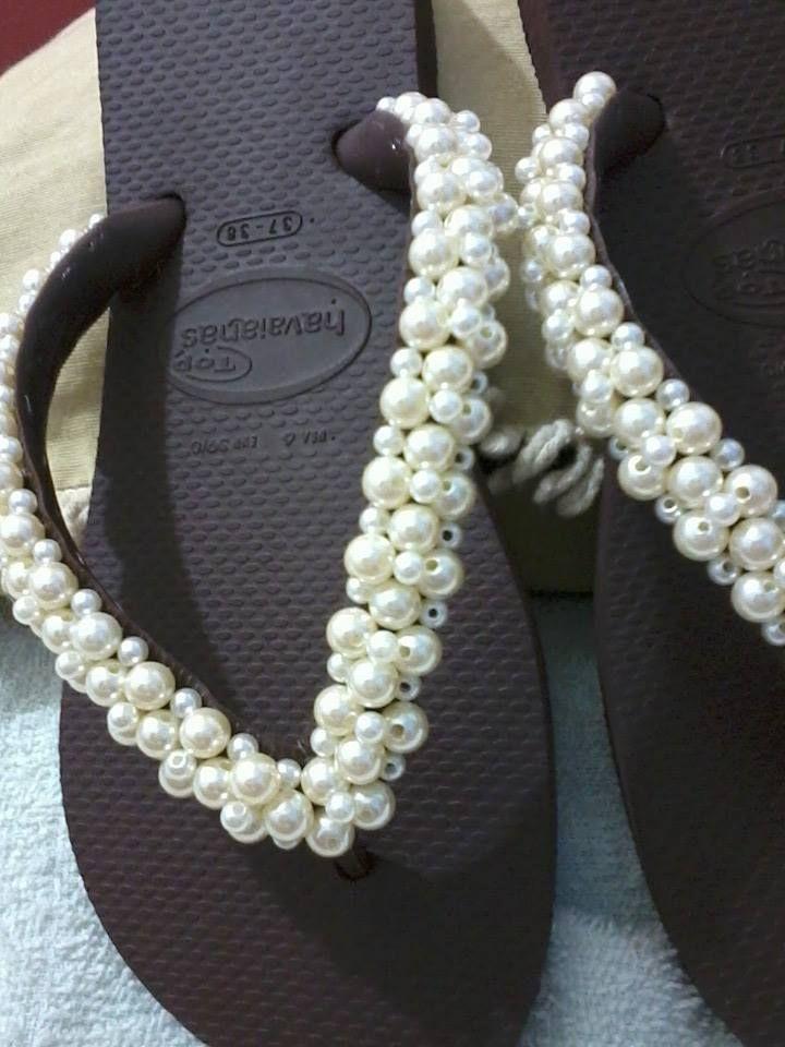 8e87387c40 chinelo hawaiana marrom decorado com pérolas.