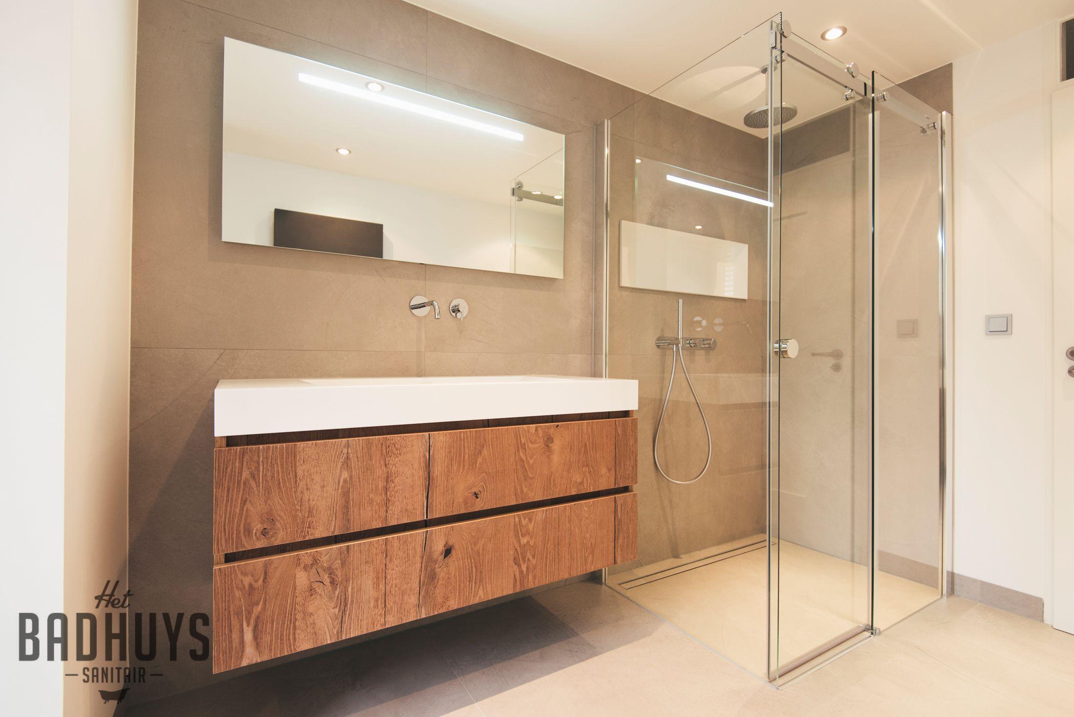 Badkamer met warme uitstraling en ruime inbouwkast