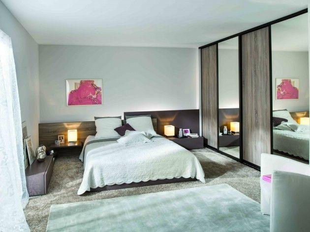 Chambre principalement de couleur blanche avec moquette a poil long de couleur beige les meubles