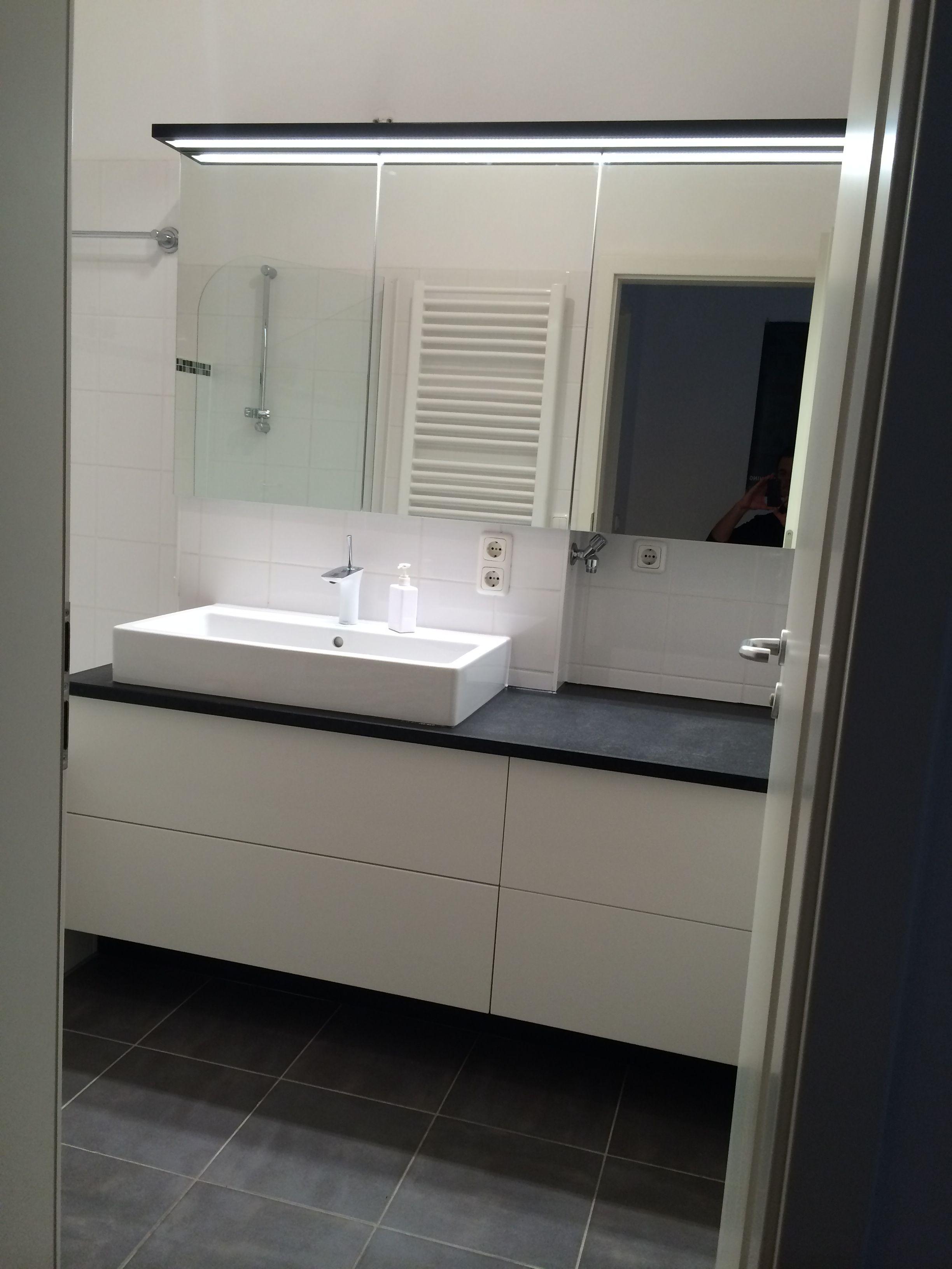 Waschtisch In Weiss Mit Schwarzer Steinplatte Badezimmer Innenausstattung Badgestaltung Waschtisch