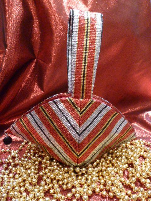 Clam Shell Wristlet Purse - Seasonal Sewing Series - So Sew Easy