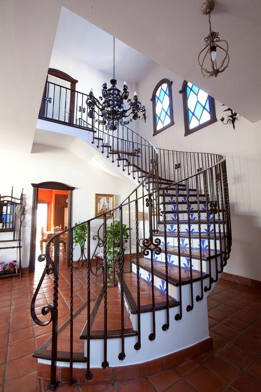 Decoracion #tradicional #escalera #lamparas #barandillas #peldaños ...