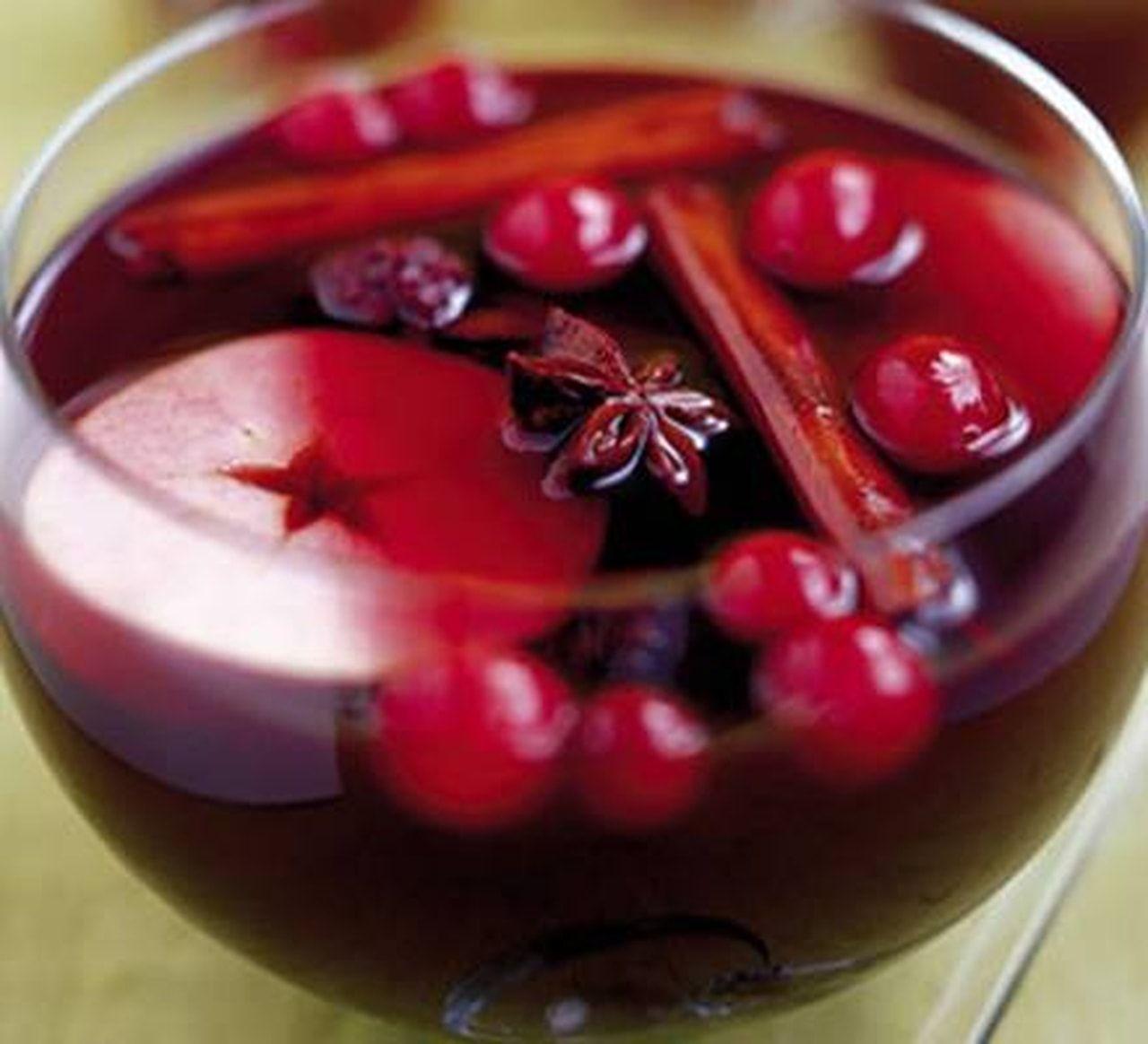 مقادير بسيطه لعمل كوكتيل التفاح والكرز مع أعواد القرفة مقادير 6 7اشخاص 1 ليتر عصير تفاح Mulled Wine Recipe Wine Recipes Bbc Good Food Recipes