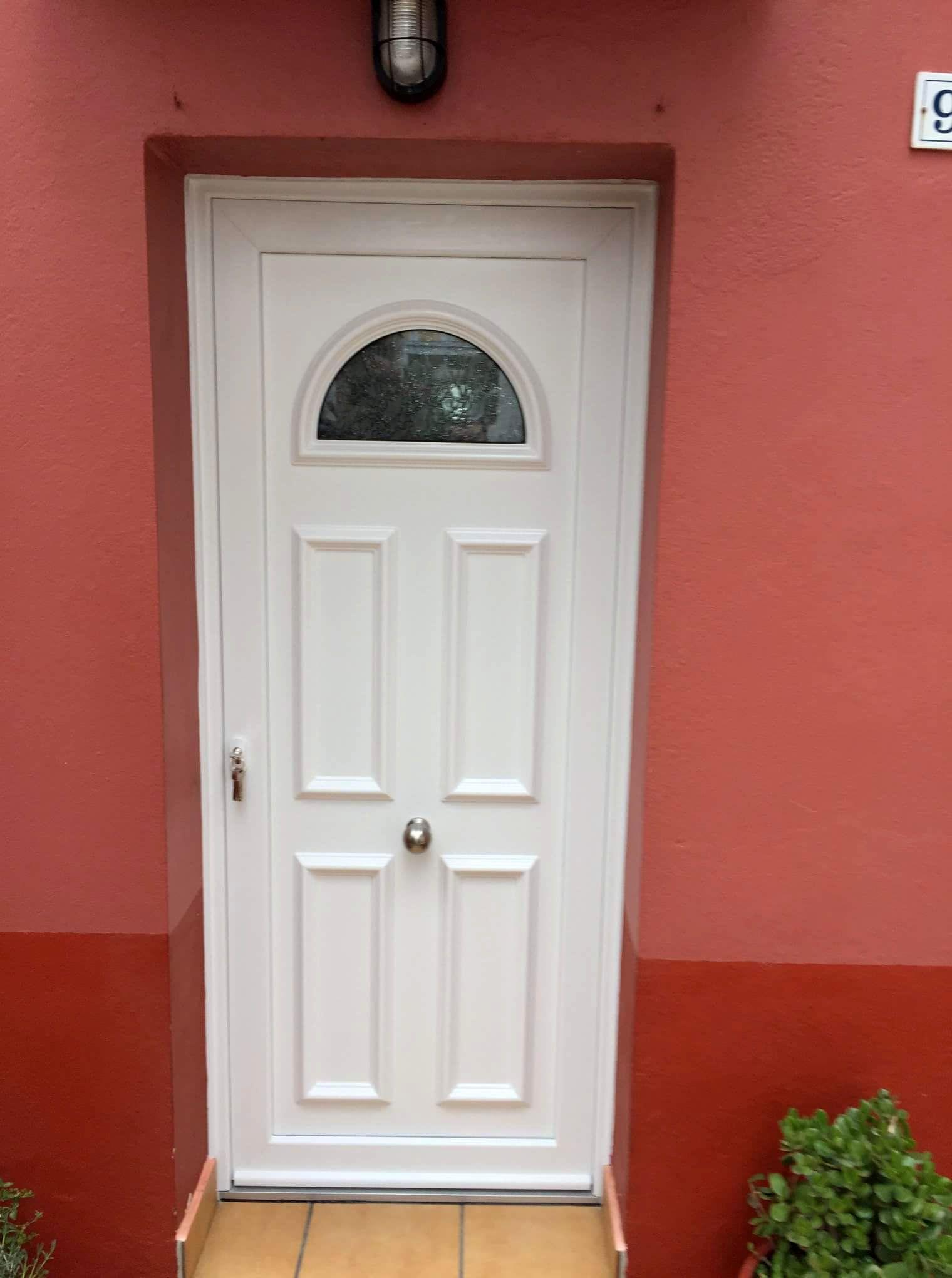 Tempo Altar Instalada En Provincia De Girona Puertas En Casas Http Www Indupanel Es Obras Indup Puertas De Aluminio Blanco Puertas Puertas De Aluminio