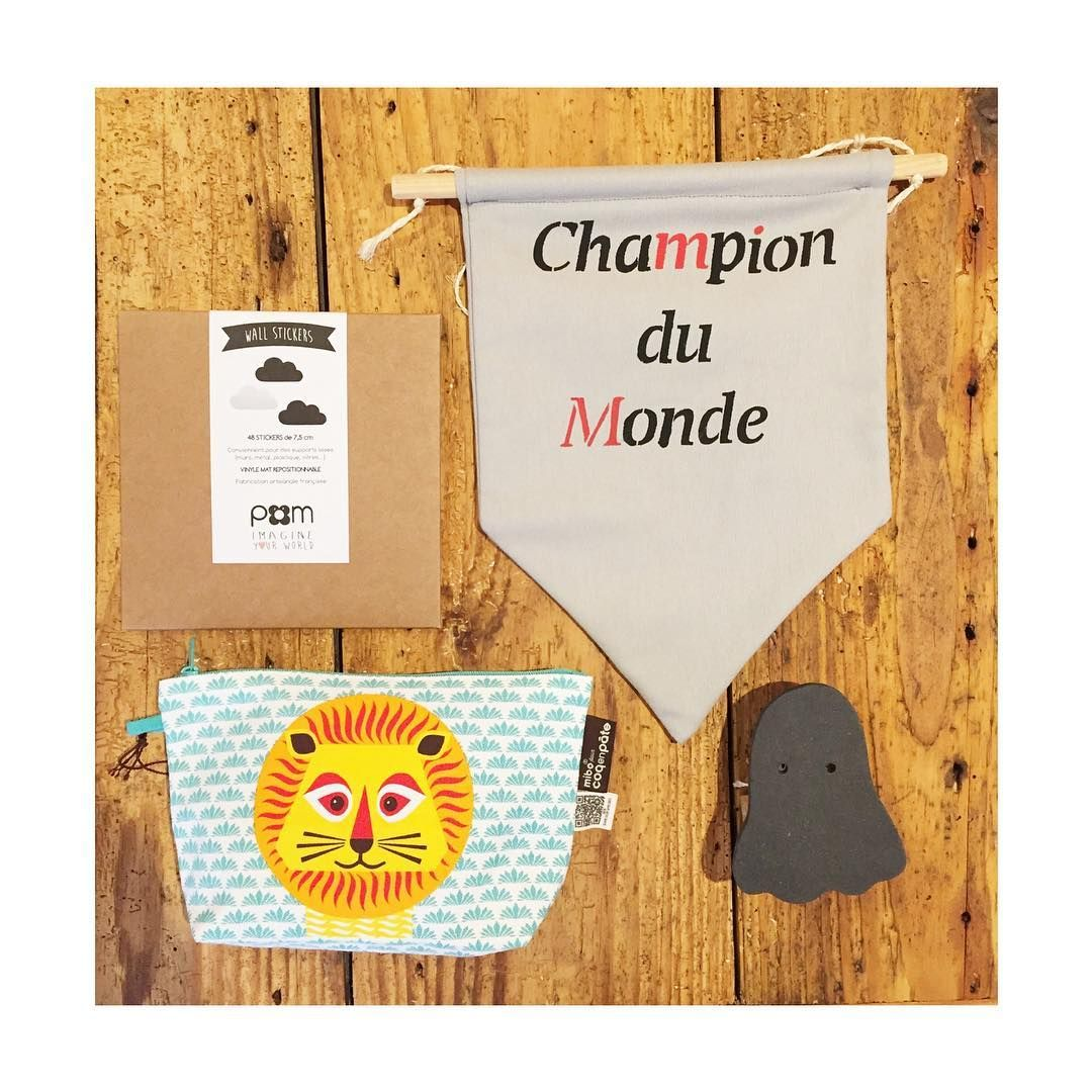 Ma sélection de cadeaux pour un pré ado 😬 à moins de 60 euros  Une boîte de stickers pour décorer les murs (c'est mieux qu'un poster de maître gims ...), une patère en forme de fantôme, une trousse qui rugit de plaisir et un fanion qui explique qui vit dans cette maison !  Boutique ouverte aujourd'hui jusqu'à 18h30  #libellule #boutique #cafeboutique #creationfrancaise #madeinfrance #alsace #selestat #monalsace #3ruedu17novembre #cafe #cafeboutique #deco #ideecadeau #terrasse #conceptstore…