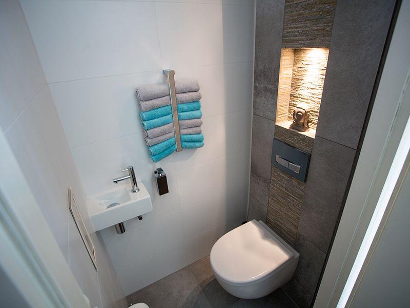 Prachtig toilet met verlichtte nis en geberit sigma50 bedieningsplaat kleur zwart het - Deco wc zwart wit ...