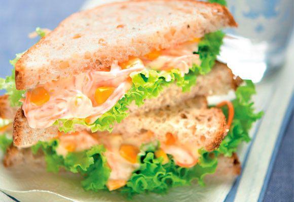 Sanduíche vegetariano: milho, alface, cenoura e maionese | Vegetarian sandwich: corn, lettuce, carrot and mayo