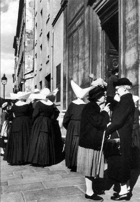 Sœurs de Saint-Vincent-de-Paul, rue de Sèvres - Paris, 1956 - Janine Niepce