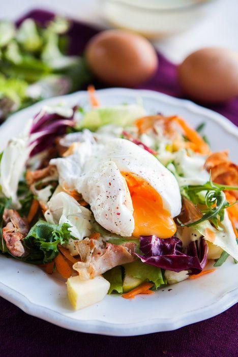 Salát se ztraceným vejcem je sázka na jistotu! Zasytí, a navíc vypadá i chutná luxusně!; Jakub Jurdič