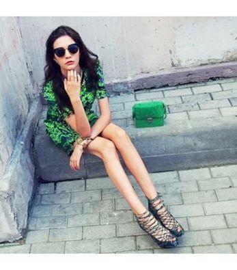 vístete en tonos verdes para hacer alusión a la Metrópolis (Foto de revista Elle México)/ Get dressed with Green to be related with Metrópolis (Photo by Elle México)