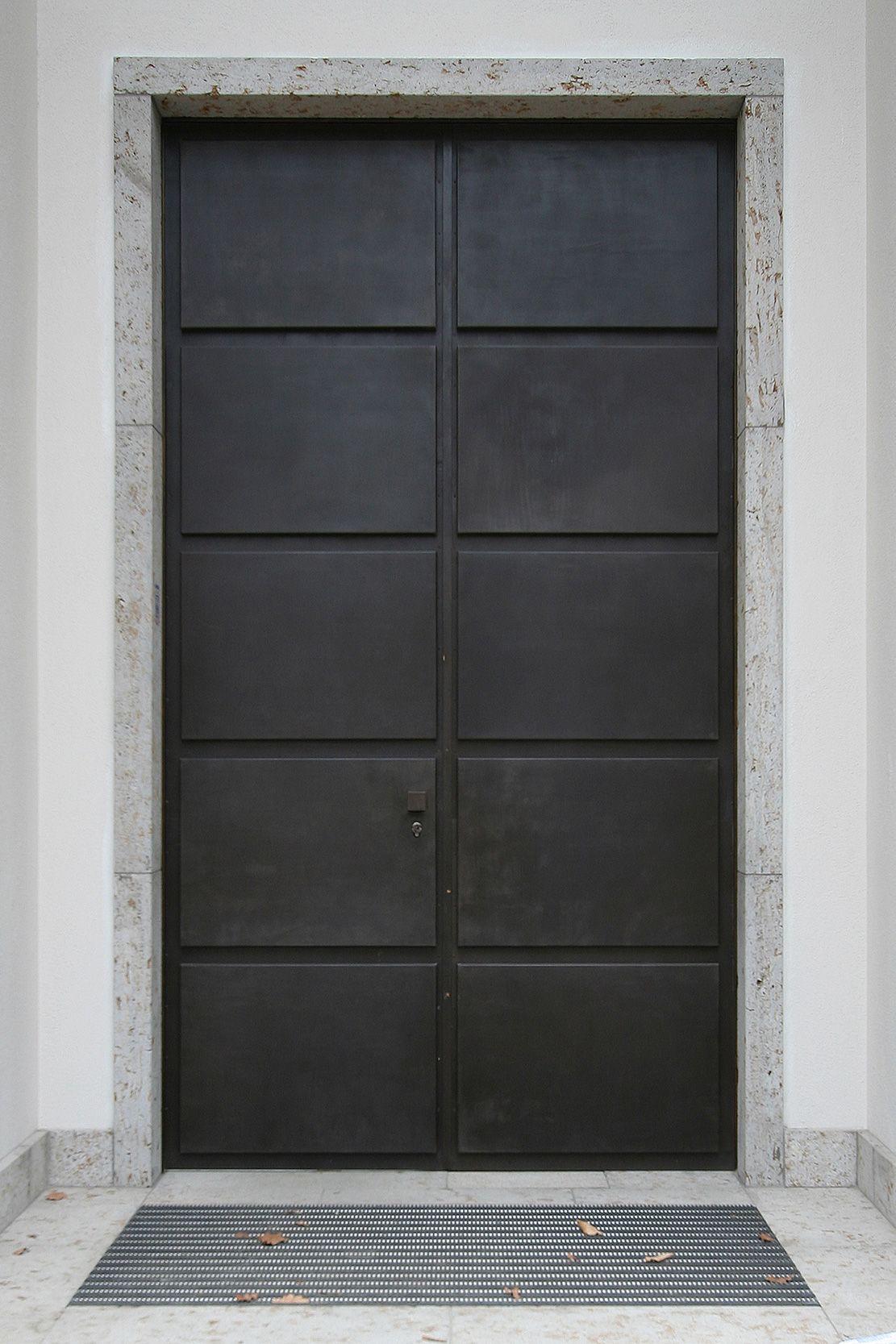 Die Doppeltür des Hauteingangs mit einer Verkleidung aus ...