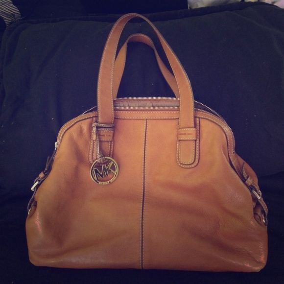 Michael Kors Leather purse Genuine leather, 100% authentic, slight wear on corner edges but more towards bottoms so you can't tell when holding! Beautiful bag, needs to go to a more loving home , willing to take offers Michael Kors Bags