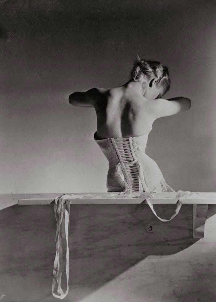 El corsé de Mainbocher by Horst P. Horst