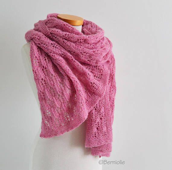 Mantón hecho punto en un patrón delicado. Color de rosa, El chal ...