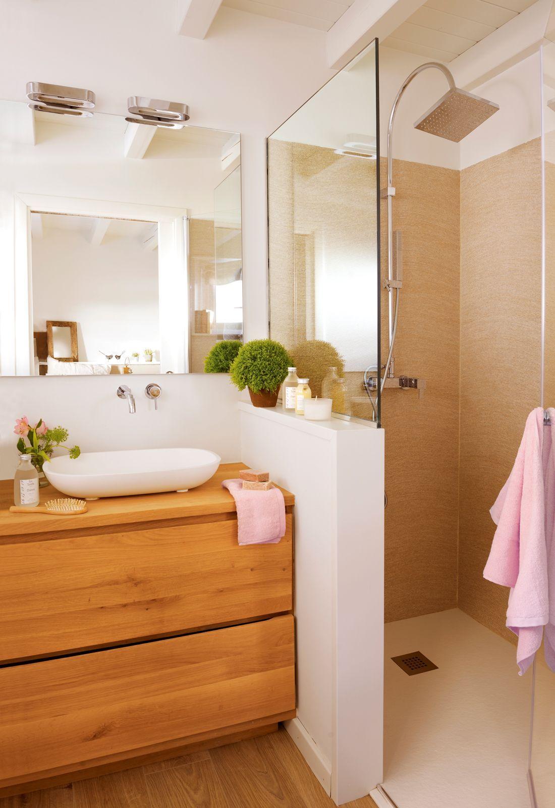 00404342. Baño con ducha detrás de murete bajo y mampara ...