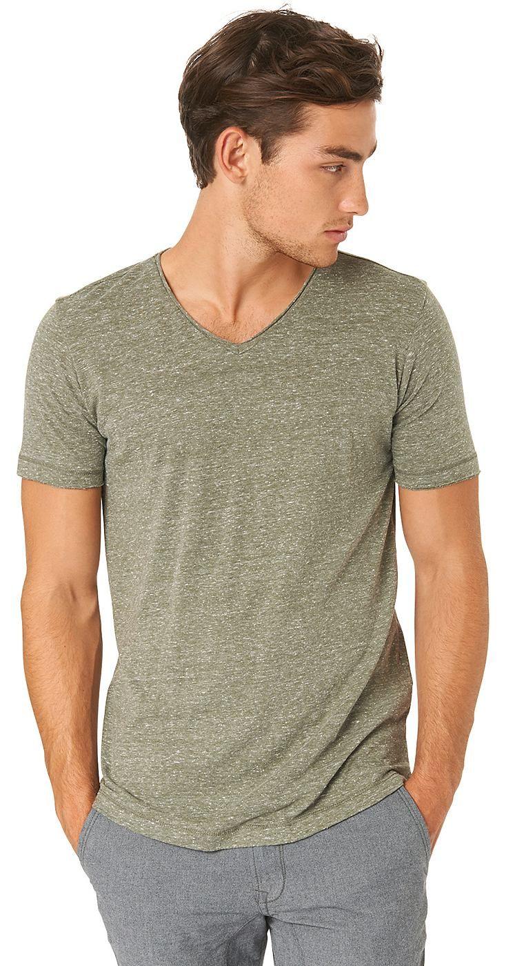 T-Shirt in Melange-Optik für Männer (unifarben mit Print, kurzärmlig mit V-Ausschnitt) aus Jersey gefertigt, offene Enden an den Säumen für einen leichten Used-Look, dezente Logo-Stickerei hinten am Saum. Material: 55 % Polyester 34 % Baumwolle 11 % Viskose...