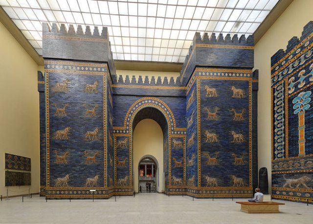 Ishtar Gate Eighth Gate Of Babylon S Inner City A Reconstruction Using Original Bricks In The Pergamonmuseum Be Pergamon Museum Gate Of Babylon Architecture