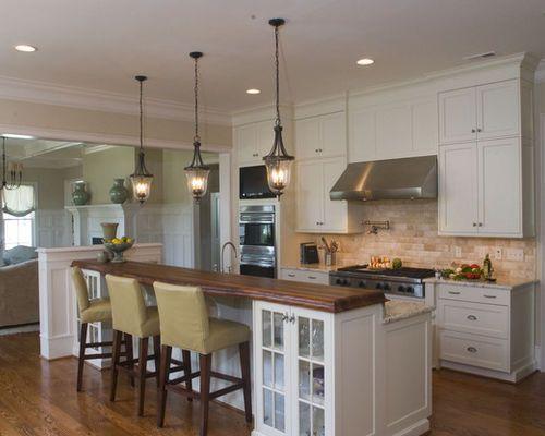 Cette image montre une cuisine ouverte traditionnelle avec un