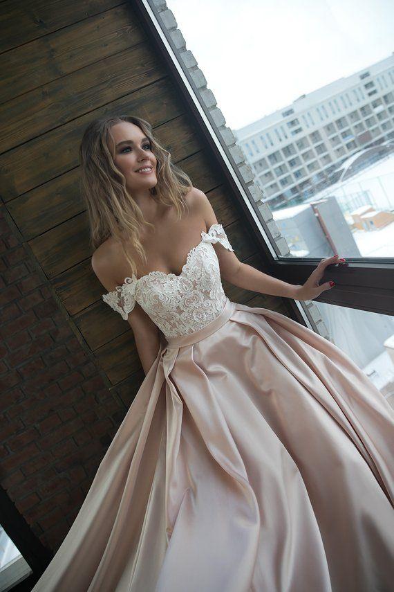 Eine Silhuette satin mit Trägern, die Hochzeit Kleid Alisy von Olivia Bottega. Offen Sie oben, mit Kordel-Spitze und schnüren #rosaspitzenkleider