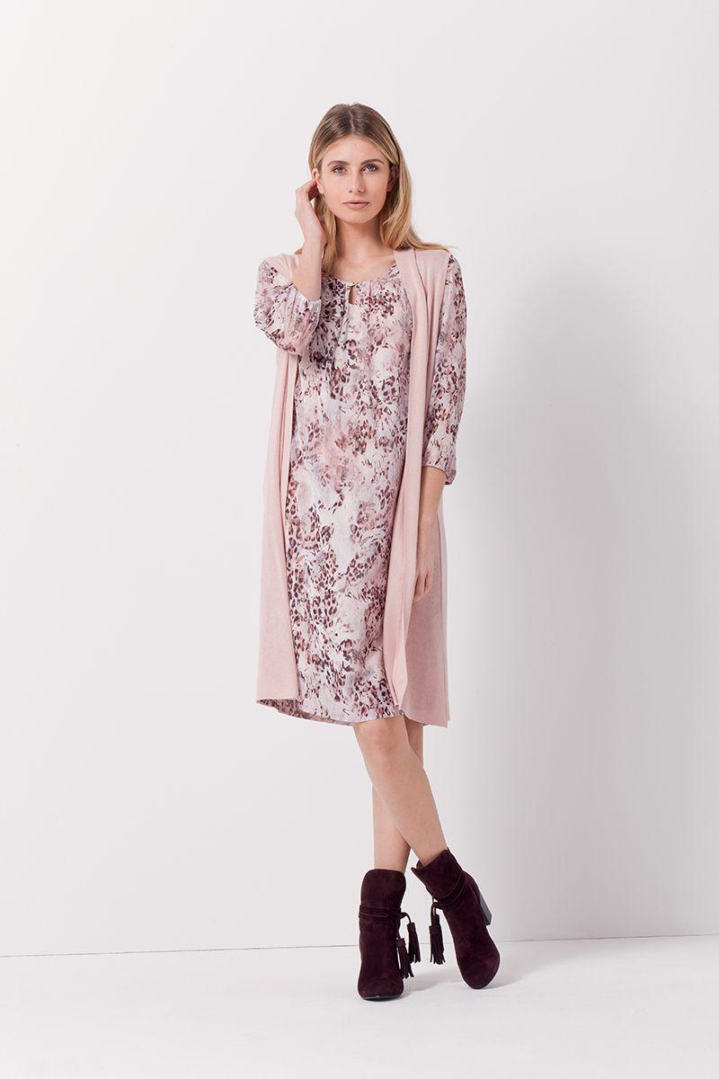 On Aime La Robe Fleurie Rose Poudree Rechauffee D Un Long Gilet