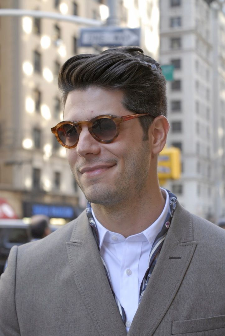 Look Masculino com óculos de tartaruga, blazer e camisa branca. 8f679cf36d