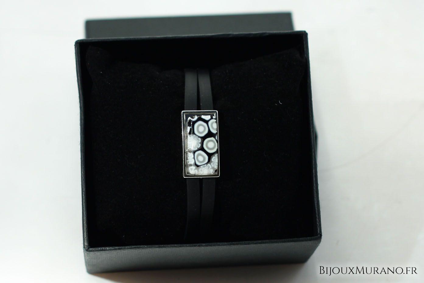 Bracelet Cloe Noir : Le bracelet Cloe est composé  d'un tour de poignet en caoutchouc surmonté d'une plaque en verre de Murano contenant des murines #BijouxMurano #Noir #Blanc #Murano - bijouxmurano.fr