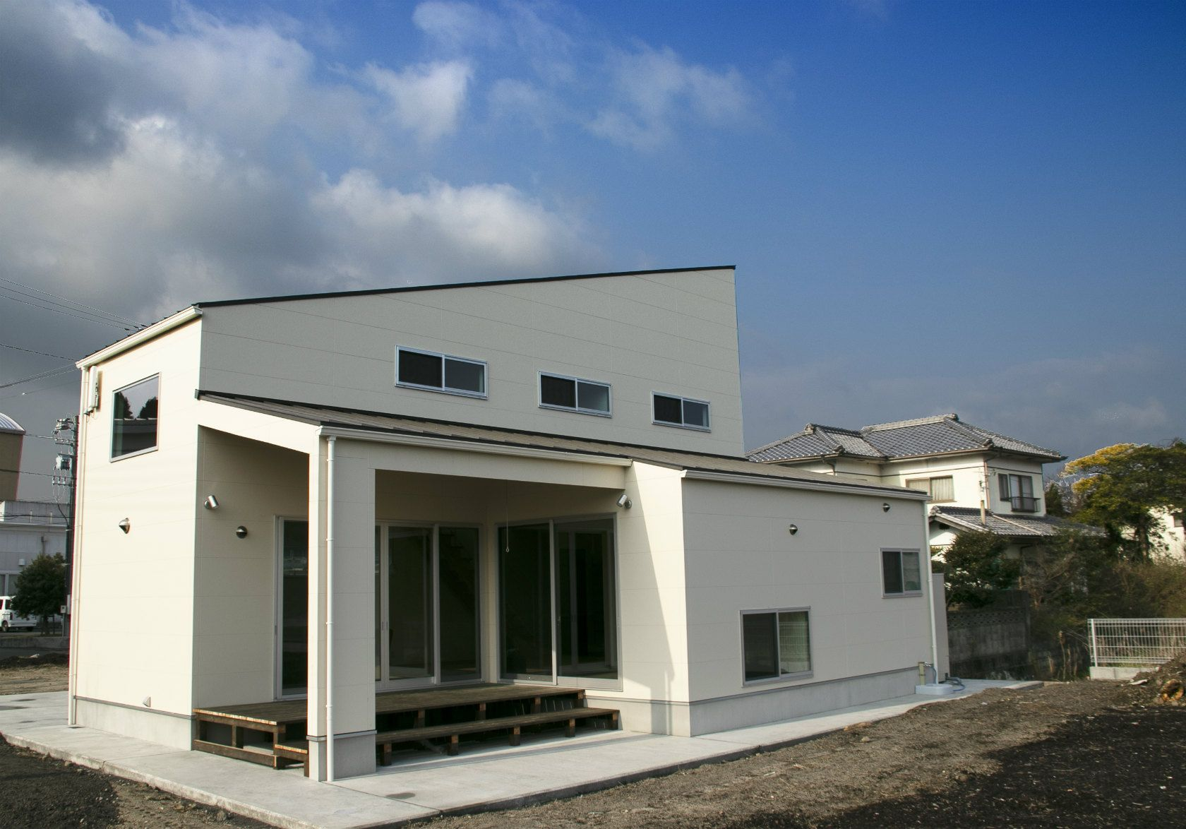広い庭と屋根のあるデッキがつながる開放感のある家 大崎上島町