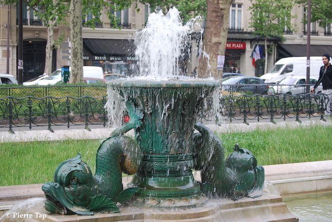 A la gloire de la République française ( Jet d'eau sur la place de la République)