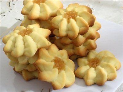 Veľkonočné sviatky si bez voňavých domácich pochúťok nevieme predstaviť. Každý rok pripravujeme napríklad aj tieto vynikajúce domáce maslové keksíky s džemom. Sú vynikajúce