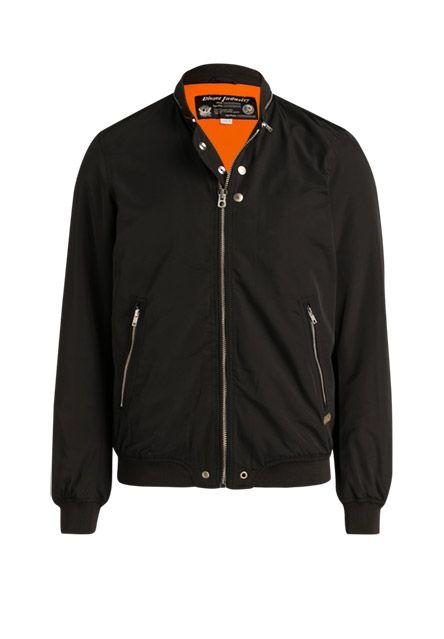 Die Bomberjacke - ein Muss für den modernen Mann: das Modell  lässt sich in schlichtem Schwarz und cooler Schnittform zu nahezu jeder Outfit-Kreation tragen!