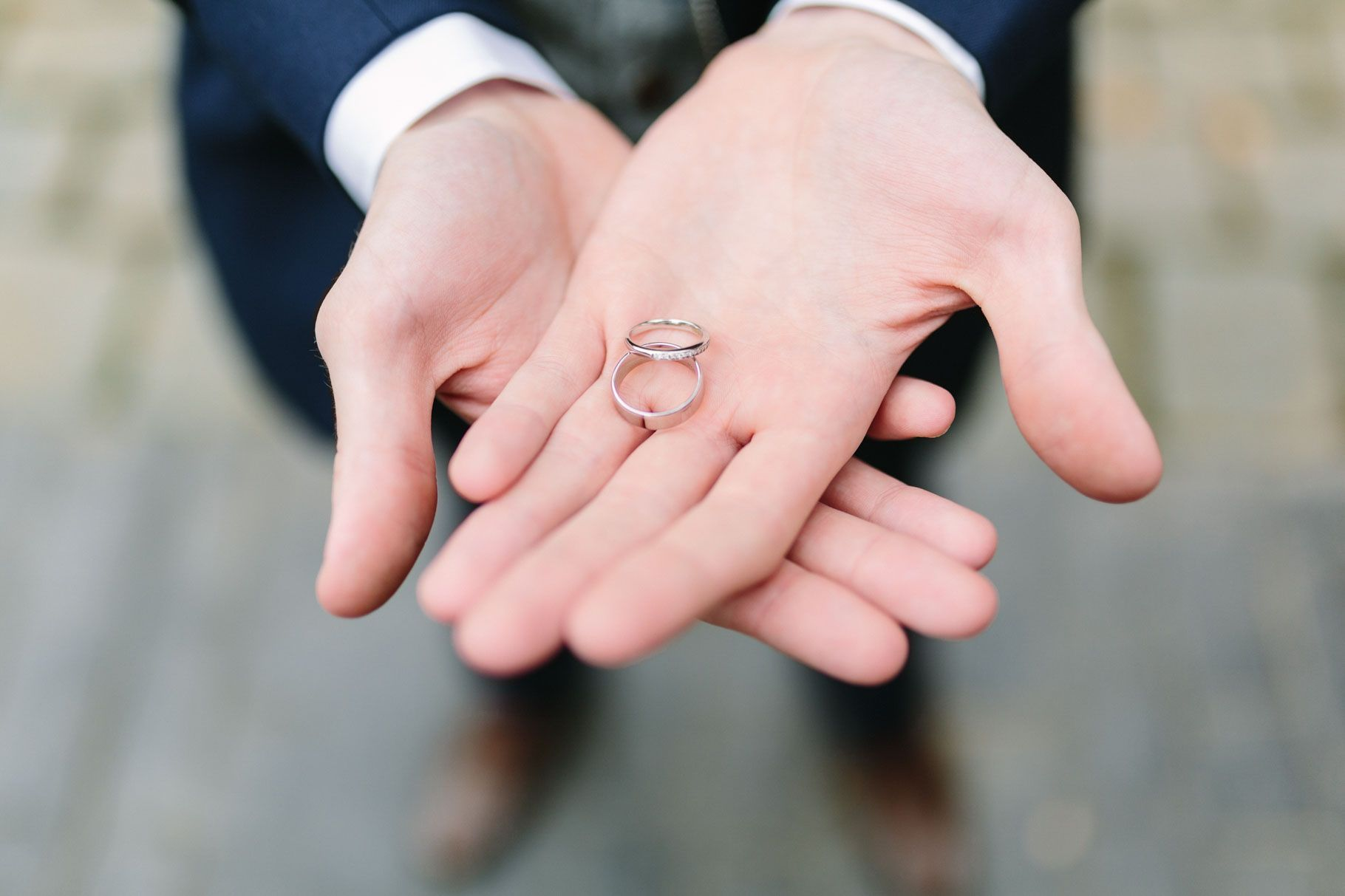 groom holding the wedding rings in his hands | Beauty Rings ...