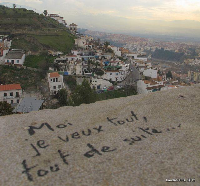 """Moi je veux tout, tout de suite...    Extracto de """"Antigone"""", de Jean Anouilh"""", escrito en el poyete de un mirador del Carmen de los Mártires. Al fondo, el Barranco del Abogado.  Granada, Andalucía."""