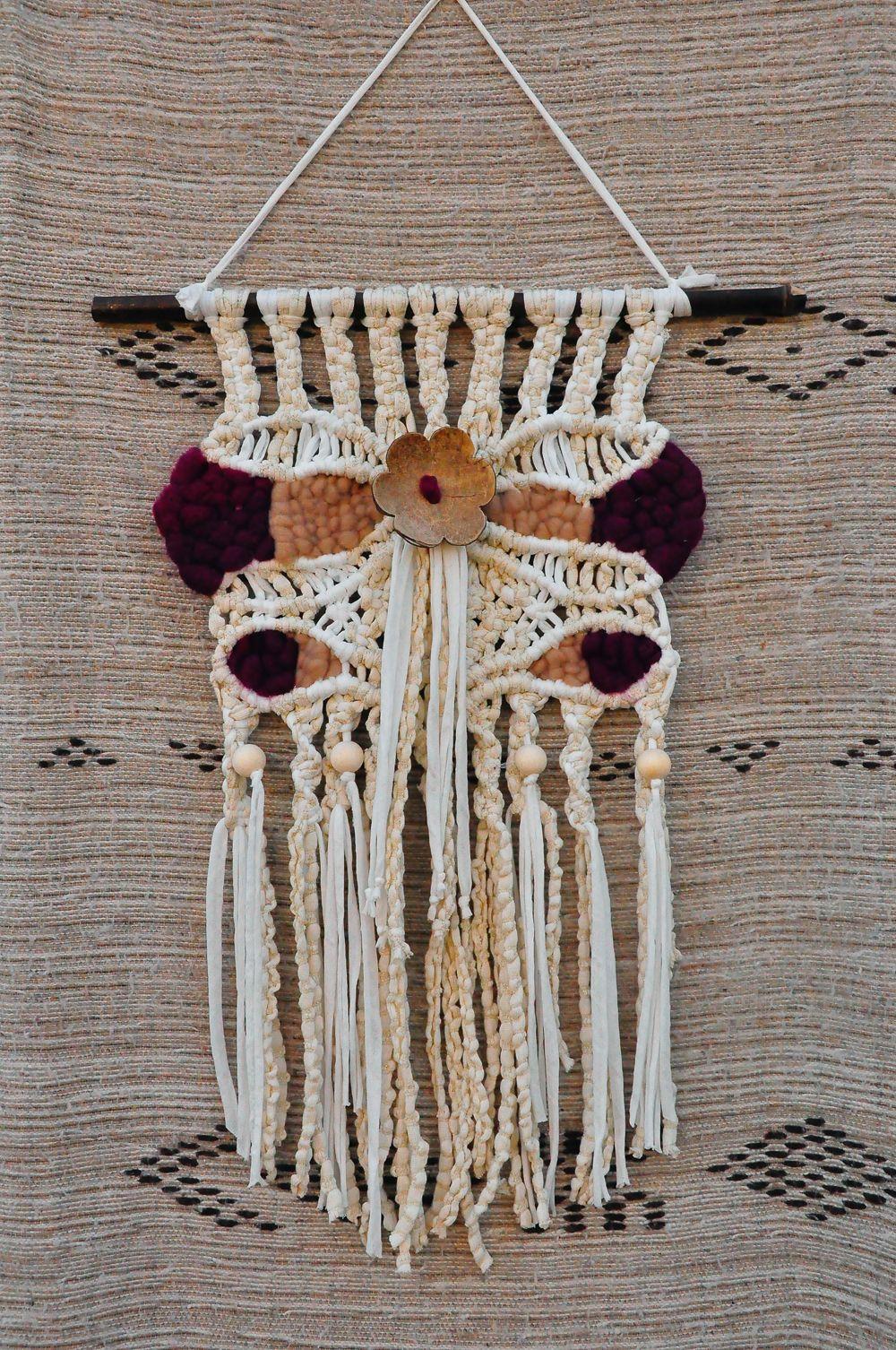 tentures murales en macramé et tissage réalisé en fil coton écru 5 mm, trapilho, laine brute avec fleur en coco.