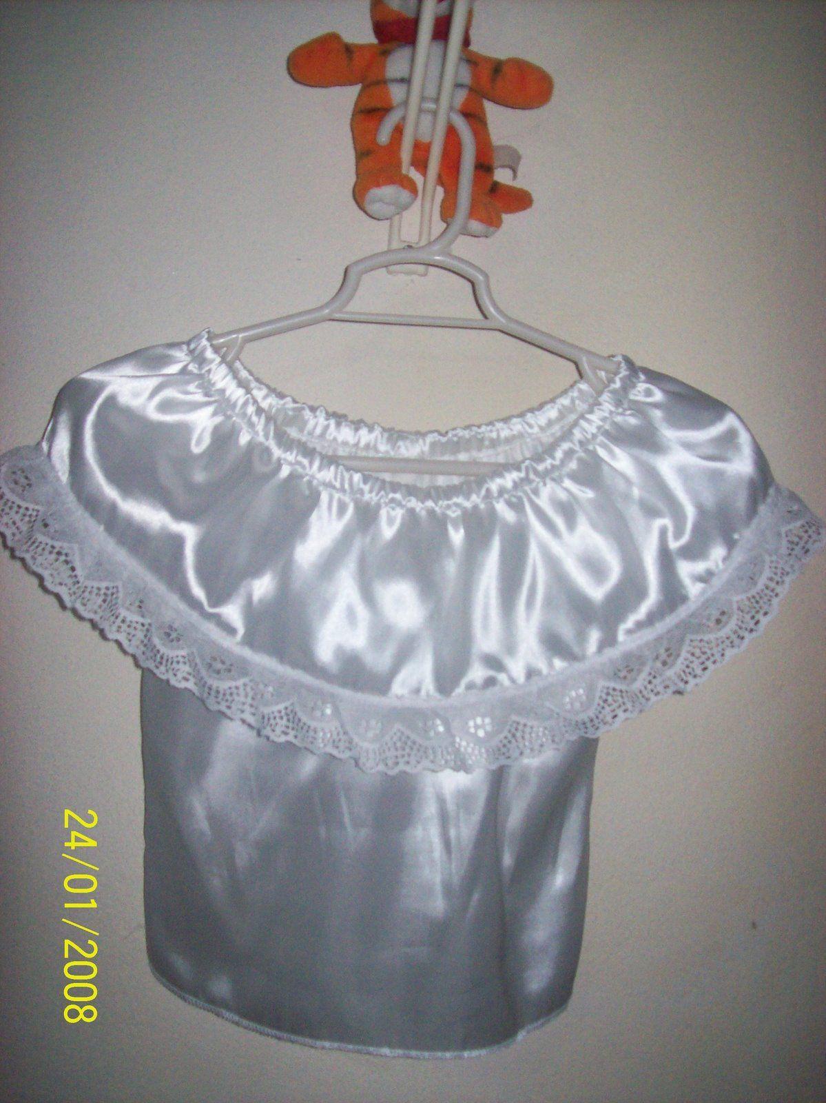 Blusa en satín con olan y elastico en el cuello, terminado con encaje en orilla del olan, para combinar con falda regional.