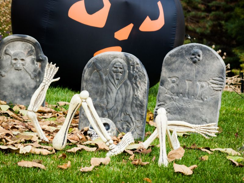 halloween decorations homemade grave yard budget friendly halloween decorating ideas - Cheap Diy Halloween Props