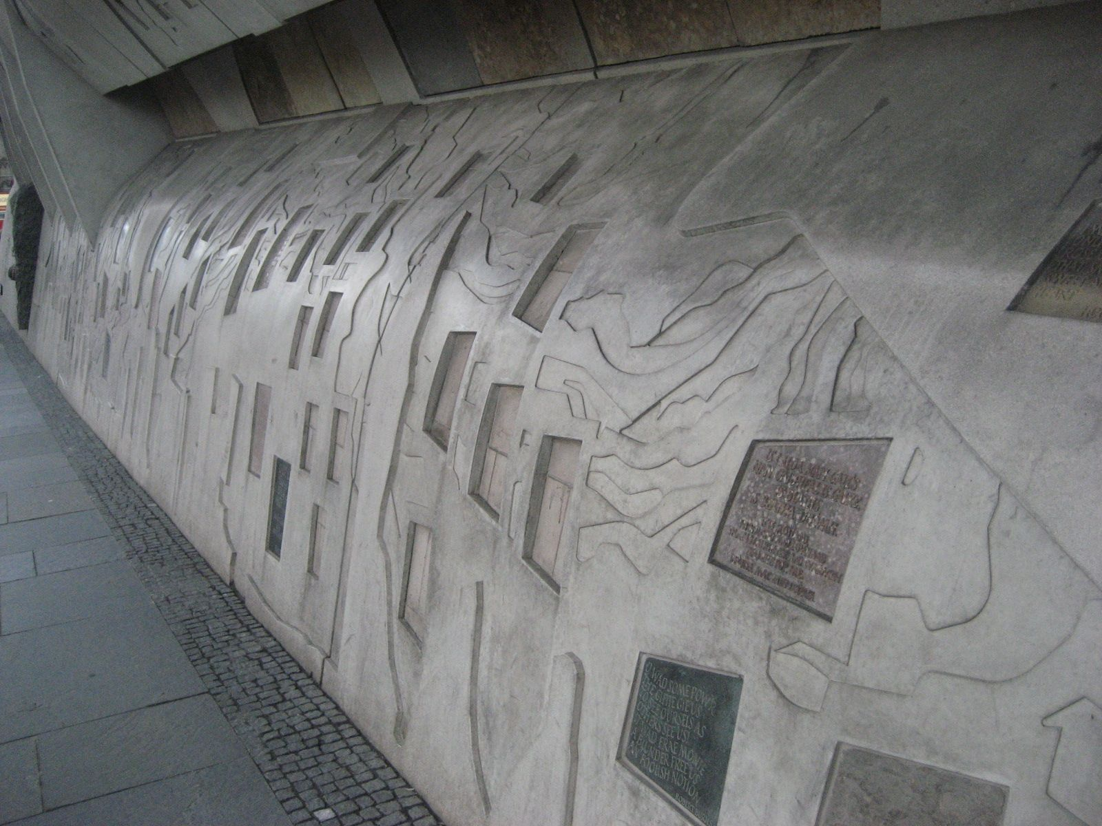 The 21 Different Indigenous Scottish Rocks Inset Into The Concrete In The Canongate Wall Are Igneous Granite Corr With Images Gneiss Metamorphic Sedimentary