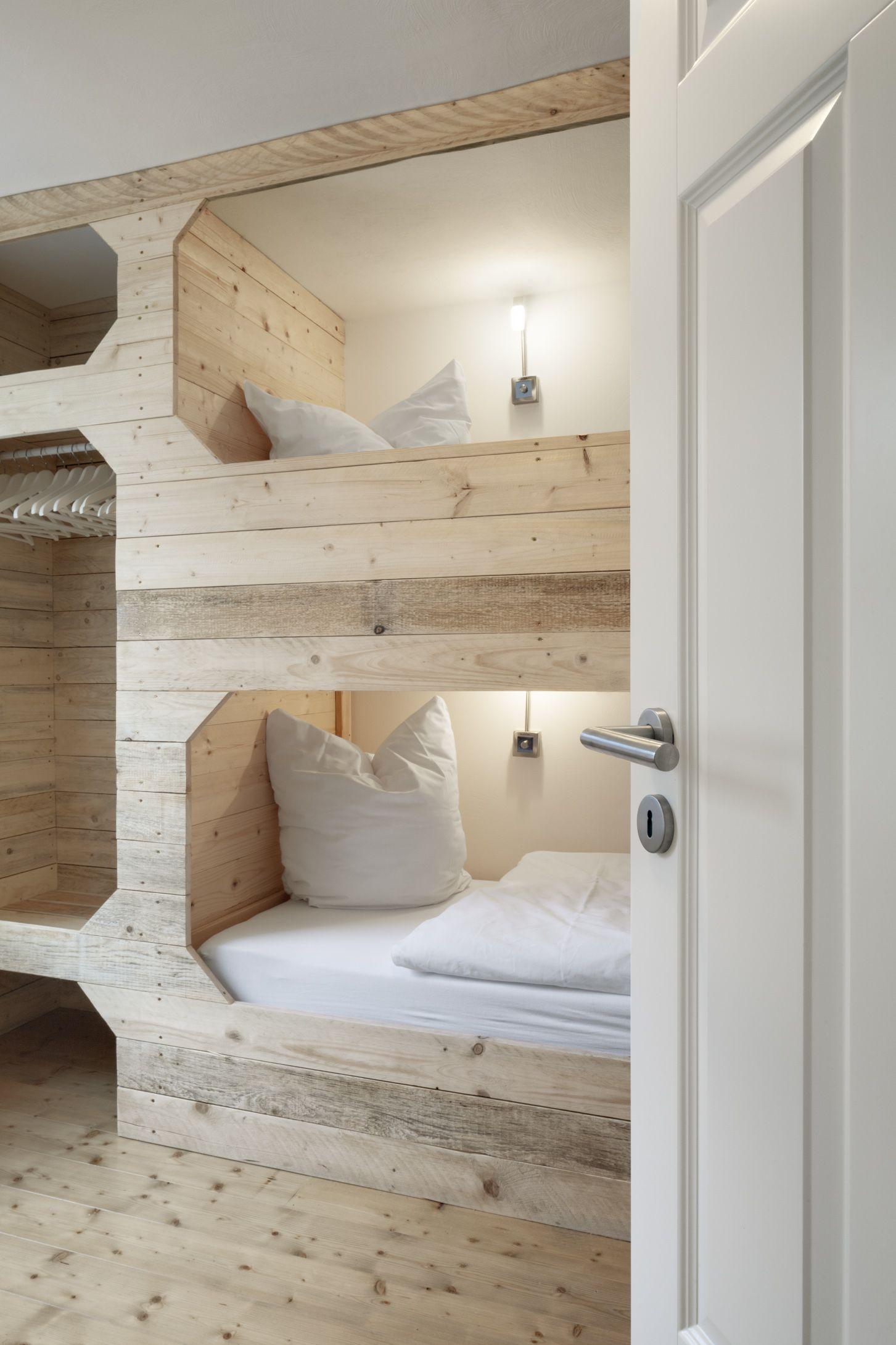 Alkovenbett Mit Eingebauten Schrank Im Chaletstil