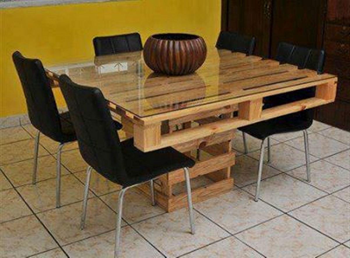 DIY: maak van pallets je op maat gemaakte tafel. Met een glazen tafelblad ook nog eens makkelijk schoon te maken. Tafelblad vanaf € 39,50 via Glazz.nl