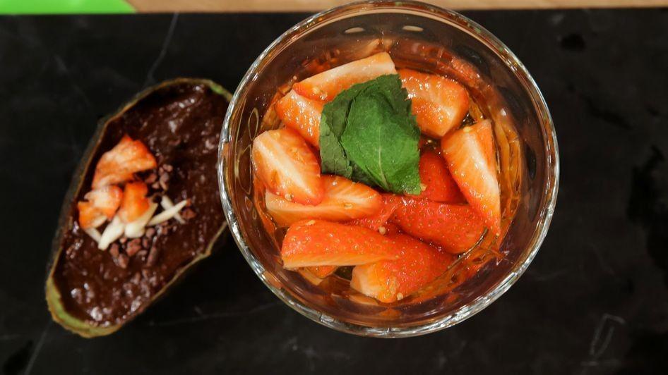 Avocado-Schoko-Mousse mit marinierten Erdbeeren  von  Christian Stübinger (Küchenschlacht 23.6.16)