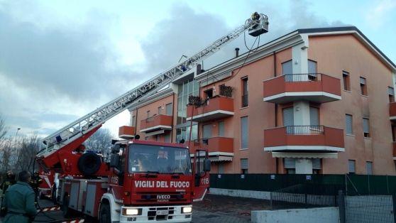 L'incendio è scoppiato in un sottotetto. La palazzina a tre piani dichiarata inagibile. I residenti hanno dovuto cercare una sistemazione da parenti e amici